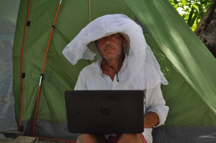 Gauthier Toulemonde au travail, sous sa moustiquaire...