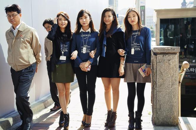 Les Coréennes s'imposent  des critères de beauté  uniformisés, empruntés aux actrices et aux chanteuses de K-pop. Cheveux légèrement décolorés pour mettre en avant le teint pâle, front bombé...