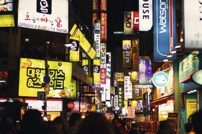 A Séoul, dans le quartier de Myeong-dong, des dizaines d'enseignes beauté restent ouvertes jusqu'à 23 heures.