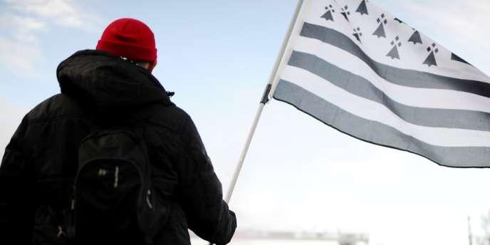 Des «bonnets rouges» manifestent contre l'écotaxe à Montauban-de-Bretagne, le 9novembre 2013.