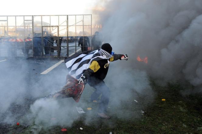 Affrontements entre manifestants opposés à l'écotaxe et forces de l'ordre près du portique de Jugon-les-Lacs dans les Côtes d'Armor, samedi 9 novembre.