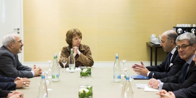 Laurent Fabius et son homologue iranien, Mohammad Javad Zarif, lors de leur rencontre samedi en présence de la chef de la diplomatie de l'Union européenne, Catherine Ashton.