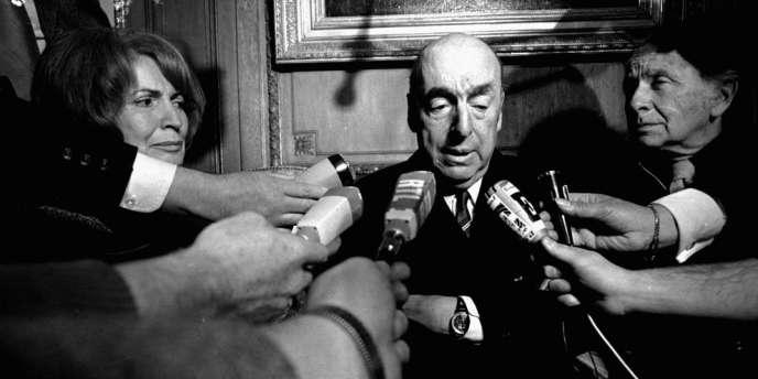 Pablo Neruda en octobre 1971, parle à des journalistes à Paris après avoir obtenu le prix Nobel de littérature.
