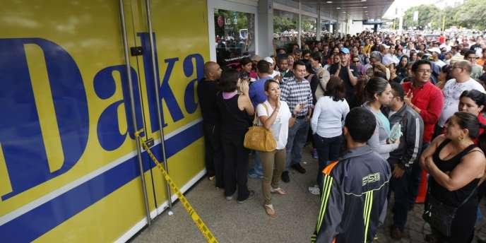 Une foule de Vénézuéliens s'est amassée devant les magasins de la chaîne d'informatique Daka, après que le gouvernement a fait intervenir l'armée.
