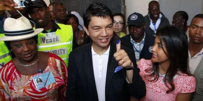 Andry Rajoelina dans un bureau de vote de la banlieue d'Antananarivo, le 25 octobre, lors du premier tour de l'élection présidentielle.