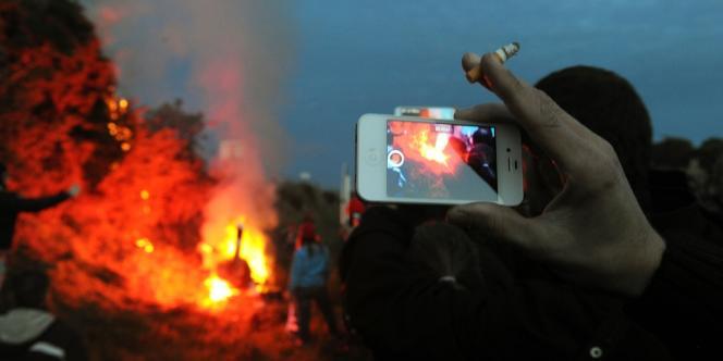 Des manifestants mettent feu à un radar près d'un portail écotaxe à Jugon-les-Lacs (Côtes-d'Armor), le 9 novembre: la visibilité affecte l'efficacité du lobbying. Les petits groupes de pression ayant des objectifs précis peuvent parfois avoir un pouvoir d'influence plus fort que des grands groupes dont les objectifs sont plus diffus.