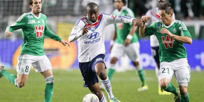 Le Lyonnais Gueida Fofana face à Romain Hamouma, dimanche, à Geoffroy-Guichard.