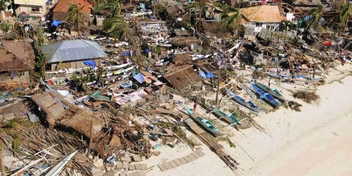 Vue aérienne de la province d'Itoilo, aux Philippines, après le passage du typhon Haiyan, le 9 novembre 2013.