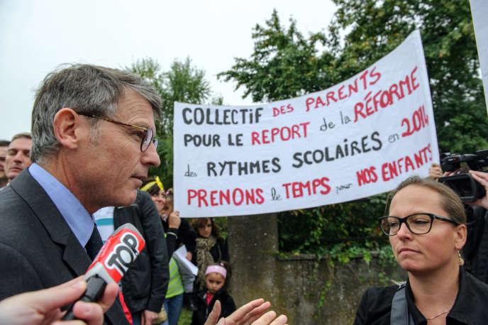 Vincent Peillon, ministre de l'éducation, lors de la visite d'une école à Wittenheim (Haut-Rhin), le 30 septembre.