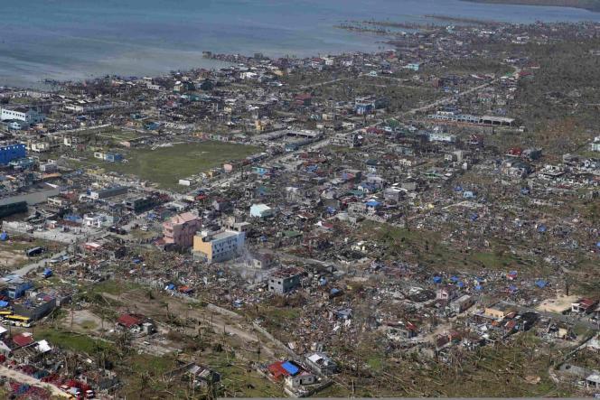 Vue aérienne de la côte philippine après le passage du typhon Haiyan, lundi 11 novembre. Ici dans la province du Samar.