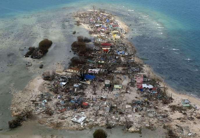 Vue aérienne d'une ville côtière dévastée par Haiyan, le 11 novembre.