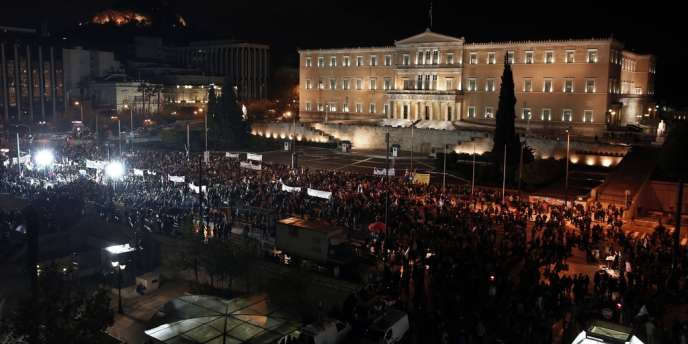 Les soutiens du parti d'opposition Syriza ont manifesté devant le Parlement grec, à Athènes, le 10 novembre.