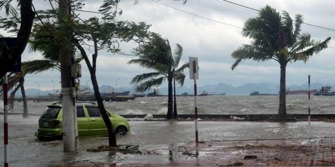 Le typhon Haiyan a atteint les côtes vietnamiennes lundi 11 novembre. Ici à Ha Long, dons le nord-est du Pays.