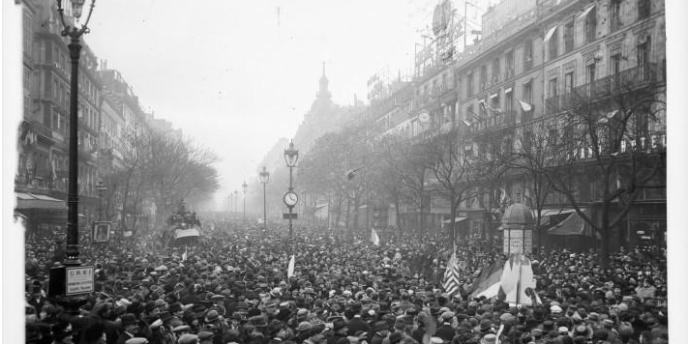 Les grands boulevards à Paris le jour de l'armistice du 11 novembre 1918.