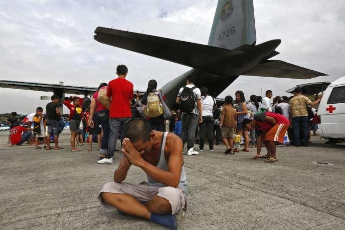 Un rescapé de Tacloban, sur la base aérienne de Villamor, le 12 novembre.