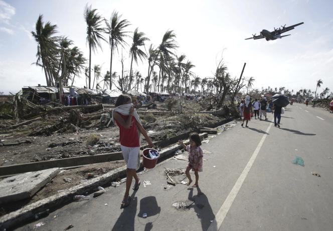 Un avion de transport survole des survivants à Tacloban, le 11 novembre.