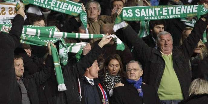 Jean-Michel Aulas, président de l'Olympique lyonnais, entouré ici des supporteurs stéphanois lors du derby rhodanien le 10 novembre.