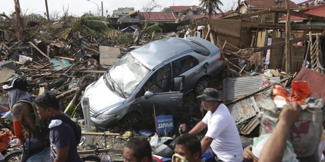 Des survivants du typhon Haiyan passent devant les décombres de maisons à Tacloban, dans les Philippines, le 11 novembre.