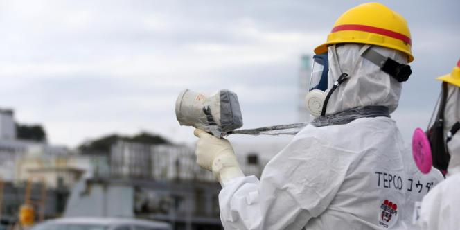 Un employé de Tepco mesure la radioactivité sur le site de la centrale nucléaire de Fukushima, le7novembre2013.