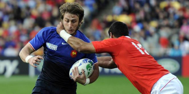 Maxime Médard aux prises avec le Tonguien Siale Piutau, lors du Mondial 2011 à Wellington.