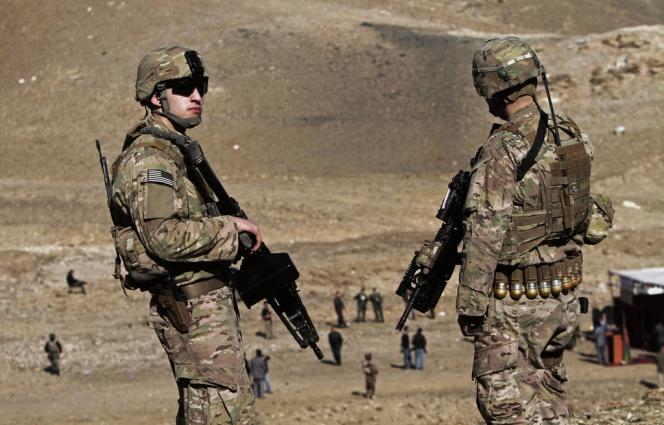 Des militaires américains surveillent une opération de destruction d'opium, dans la banlieue de Kaboul, le 12 novembre 2013.