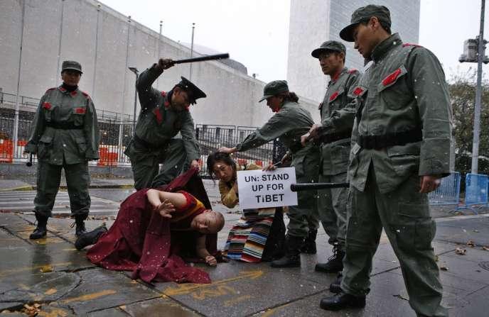 Des manifestants déguisés en soldats chinois et en Tibétains, le 12 novembre devant le siège des Nations unies.