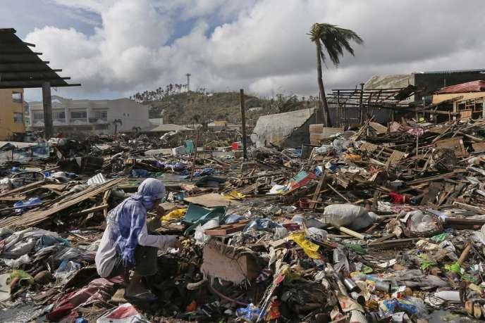 Alors que l'on craignait près de 10 000 morts, les premiers bilans en provenance des zones frappées par le typhon Haiyan évoquent entre 1 800 et 2 500 victimes.
