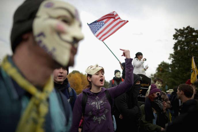 Des militants d'Anonymous, d'Occupy Wall Street et d'autres collectifs lors d'une manifestation à Washington.