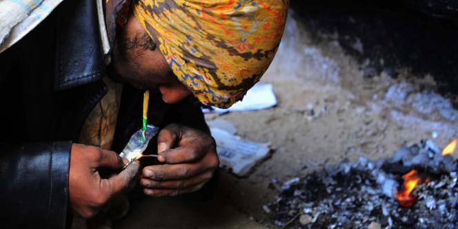 Consommation d'héroïne dans les faubourgs de Kaboul, le 11 novembre 2013.