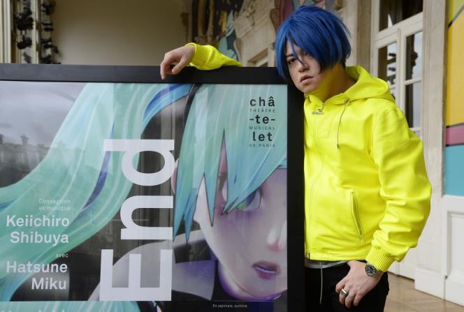 Le Japonais Keiichiro Shibuya devant une affiche de son opéra