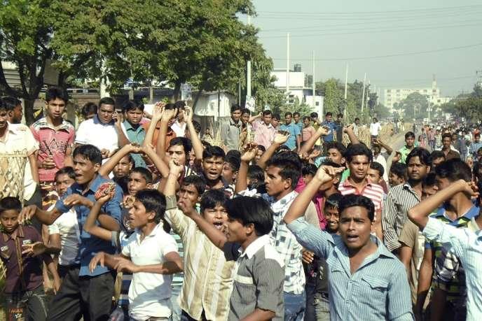 Des ouvriers réclamant un salaire de 100 dollars par mois sont descendus dans les rues manifester bloquant de grands axes et s'en prenant à des ateliers de la zone industrielle d'Ashulia, dans les faubourgs de la capitale Dacca.