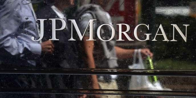 La justice et les régulateurs reprochent à JPMorgan de n'avoir pas alerté les autorités assez tôt sur l'escroquerie pyramidale qu'avait mise en place Bernard Madoff, condamné en 2009 à cent cinquante ans de prison.