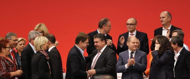 Sigmar Gabriel, au centre, est félicité par des dirigeants du Parti social-démocrate après sa réélection à la tête du SPD, le 14 novembre à Leipzig.