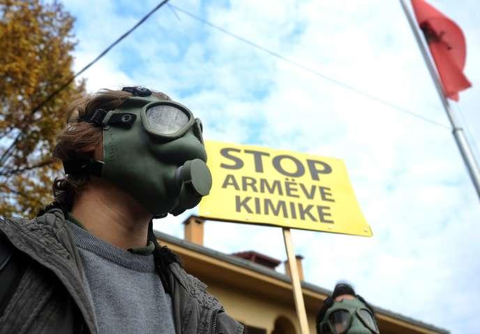 A Tirana, des manifestants contre la destruction des armes chimiques syriennes en Albanie, le 14 novembre.