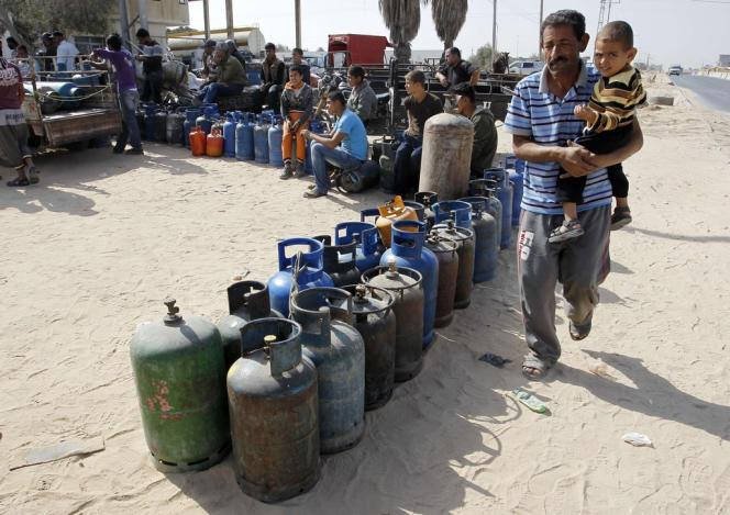 Des Palestiniens attendent pour pouvoir remplir leurs bouteilles de gaz, le 6 novembre à Rafah.