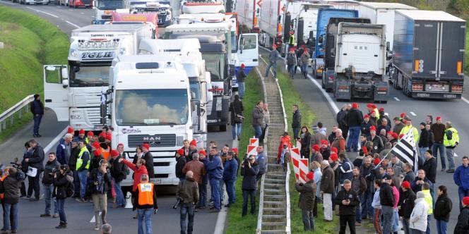 A Lanrodec dans les Côtes d'Armor, des dizaines de camions ont convergé vers un portique écotaxe détruit le 3 novembre par des manifestants, samedi 16 novembre.