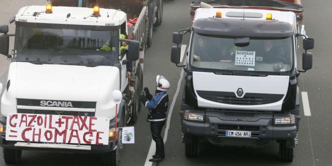 La circulation est perturbée samedi 16 novembre par des manifestations de poids-lourds contre l'écotaxe, comme à Lognes (Seine-et-Marne).