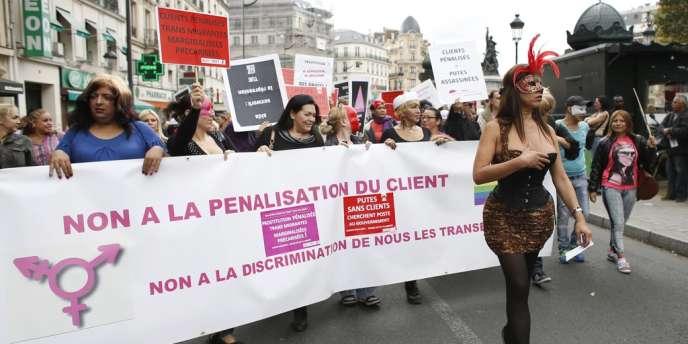 La proposition de loi contre la prostitution prévoit de sanctionner le recours à une prostituée d'une amende de 1 500 euros, doublée en cas de récidive. Il abroge aussi le délit de racolage public.