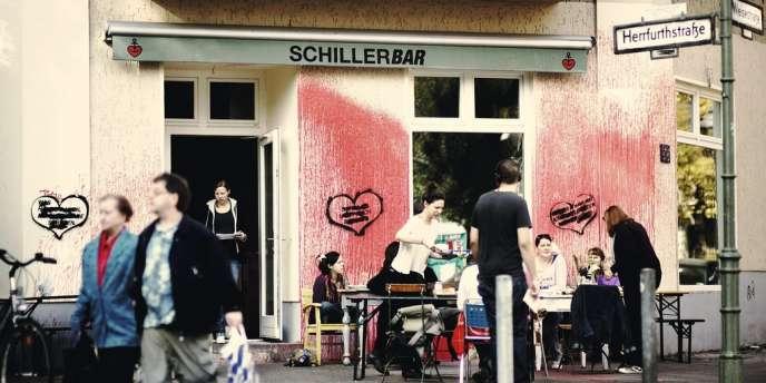Dans le quartier de Neukölln, le Schiller Bar a été vandalisé dès le jour de son ouverture, en juillet 2012. Depuis, le patron a laissé la façade telle quelle, histoire de montrer qu'il n'était pas impressionné.