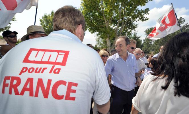 Un militant de l'UNI et Jean-François Copé, secrétaire général de l'UMP, en juillet 2011.