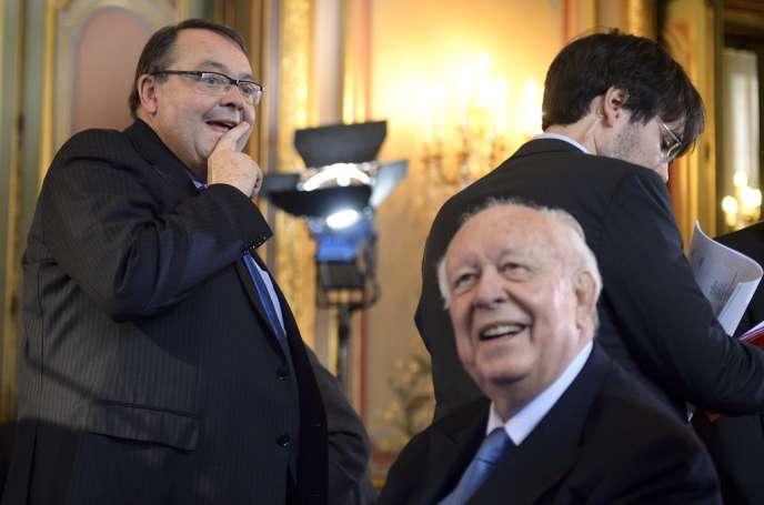 Le maire de Marseille, Jean-Claude Gaudin, et le candidat socialiste aux municipales Patrick Mennucci le 8 novembre 2013 à Marseille.
