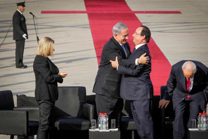 Le chef d'Etat israélien Shimon Pérès (à droite) et Benyamin Nétanyahou accueillent François Hollande à l'aéroport de Lod, le 17 novembre.