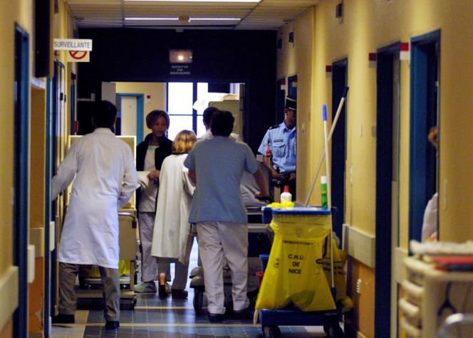 Le couloir des urgences de l'hôpital Saint-Roch de Nice.