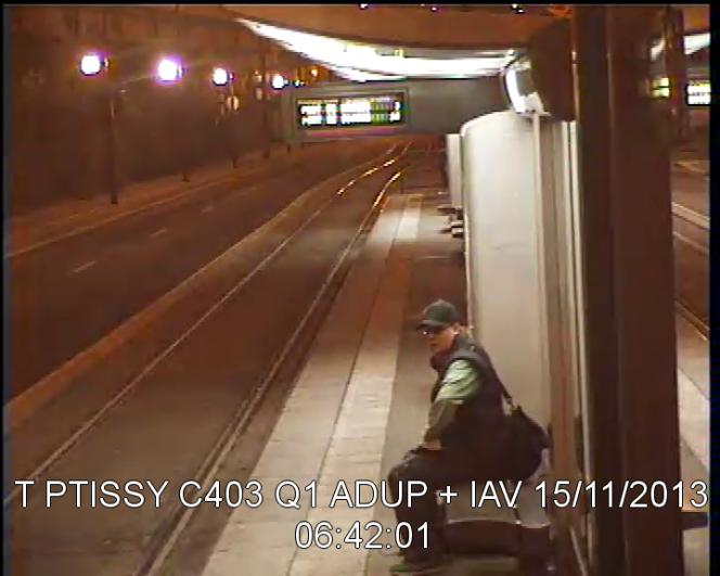 L'un des trois clichés du suspect diffusés par le parquet de Paris.