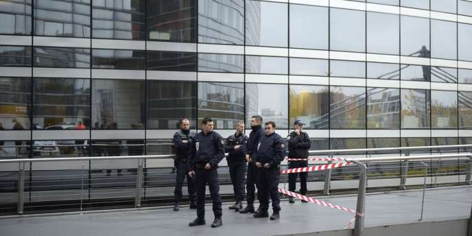 Des policiers devant le siège de la Société générale à la Défense, le 18 novembre.