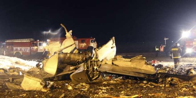 Le Boeing 737 aurait explosé après son atterrissage à Kazan en Russie – ici des débris de l'appareil le 17 novembre.