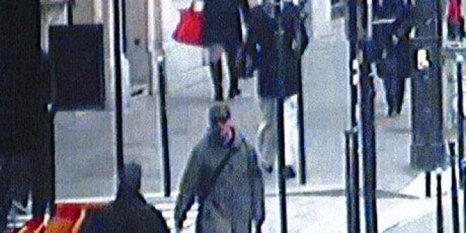 Capture d'écran d'une caméra de surveillance montrant le tireur présumé.