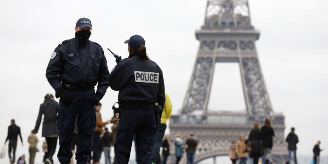 Des policiers devant la Tour Eiffel. .