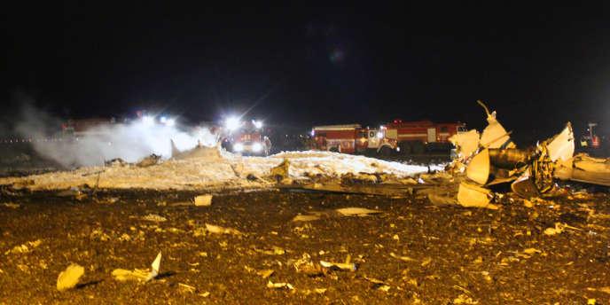 Les restes du Boeing qui s'est écrasé en Russie à l'aéroport de Kazan, provoquant la mort de 50 personnes, le 17 novembre.