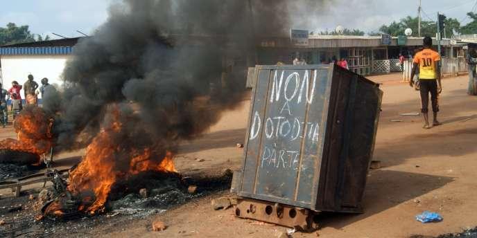 Des personnes réunies le 17 novembre à Bangui pour protester contre le président centrafricain Michel Djotodia, qui a annoncé vendredi le rétablissement d'un couvre-feu dans la ville.